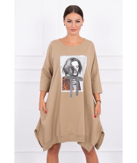 Suknelė su aplikacija ir platėjančiu sijonu (Šviesiai ruda)